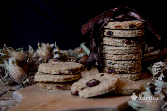 Biscotti integrali ai fiocchi d'avena, nocciole e mirtilli rossi