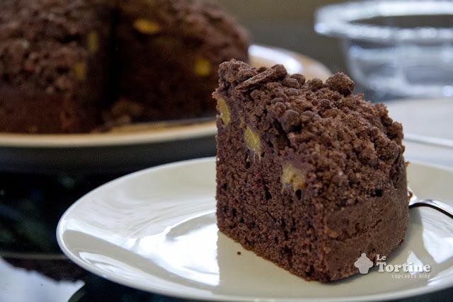 Crumb cake al cacao e pesche gialle