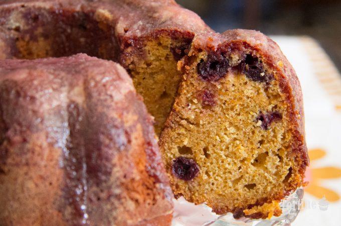 Bundt cake glassata alla zucca, miele e amarene