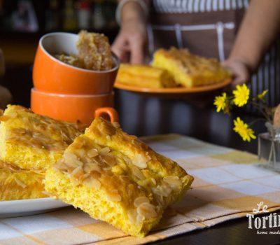 Focaccia dolce allo zafferano con mandorle e miele