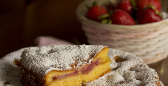 Torta versata al lemon curd e fragole