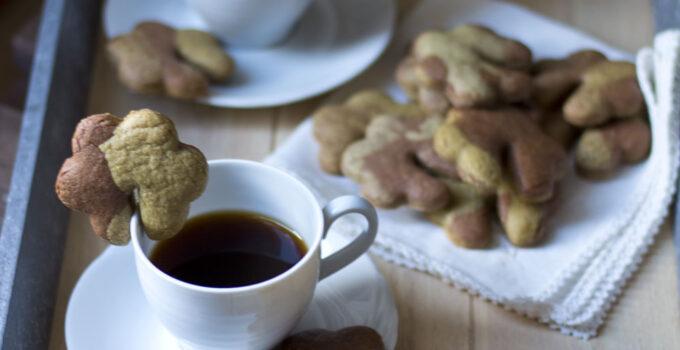 Biscotti da tazza al cacao e tè matcha