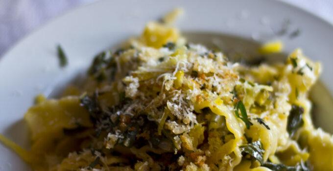 Pasta e bietole con briciole di pane all'aglio e aromi freschi