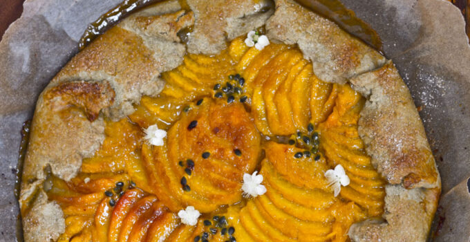 Galette al tè matcha con pesche e passion fruit