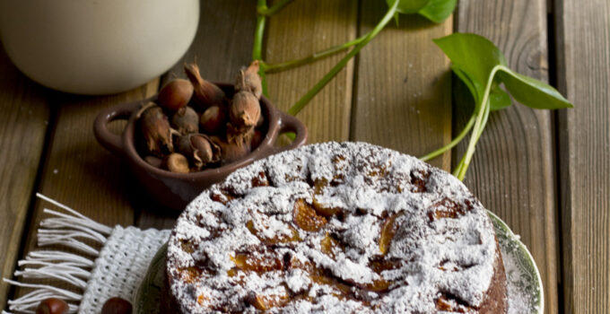 Torta alle nocciole con cacao e fichi